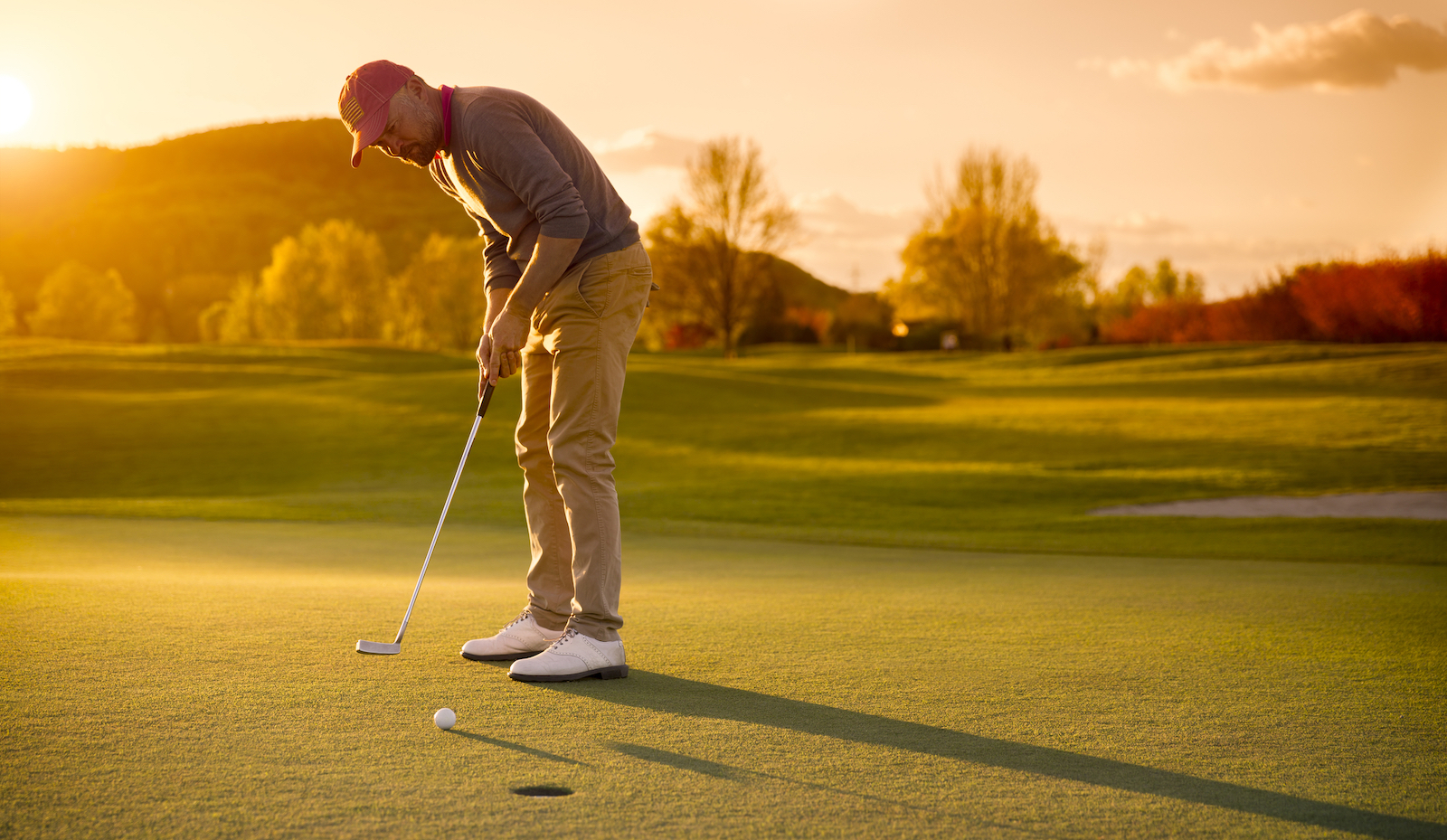 Golfer playing at dusk | golf tee time reservation software